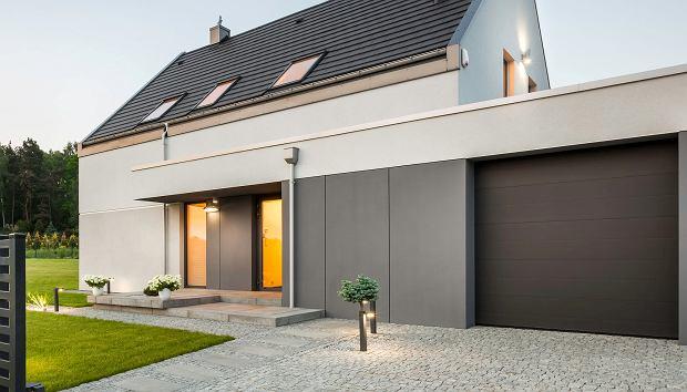 Energooszczędna, inteligentna, spójna z oknami i drzwiami. Jak wybrać bramę garażową do domu?