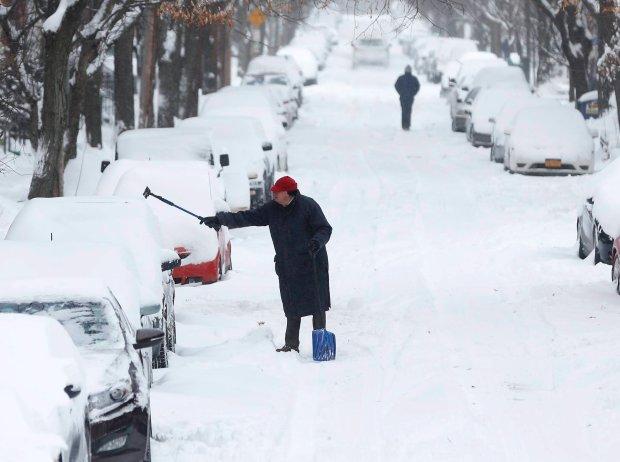 Odśnieżanie samochodów w Albany w stanie Nowy Jork