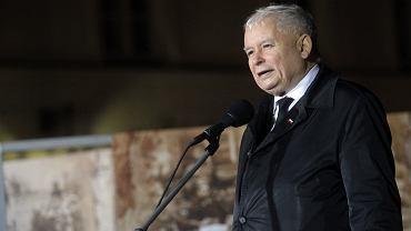 """Jarosław Kaczyński zwrócił się do prezydenta Andrzeja Dudy, by """"zgodził się na umieszczenie przed Pałacem Prezydenckim krzyża"""""""