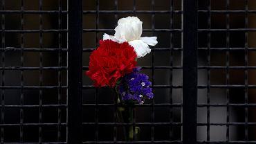 Brama ambasady Francji w Madrycie. W piątek w Paryżu dokonano sześciu zamachów, w których zginęło łącznie 129 osób. Terroryści zdetonowali ładunki wybuchowe w dwóch zamachach samobójczych, doszło także do strzelanin. W hali koncertowej klubu Bataclan zamachowcy dokonali egzekucji na blisko stu zakładnikach