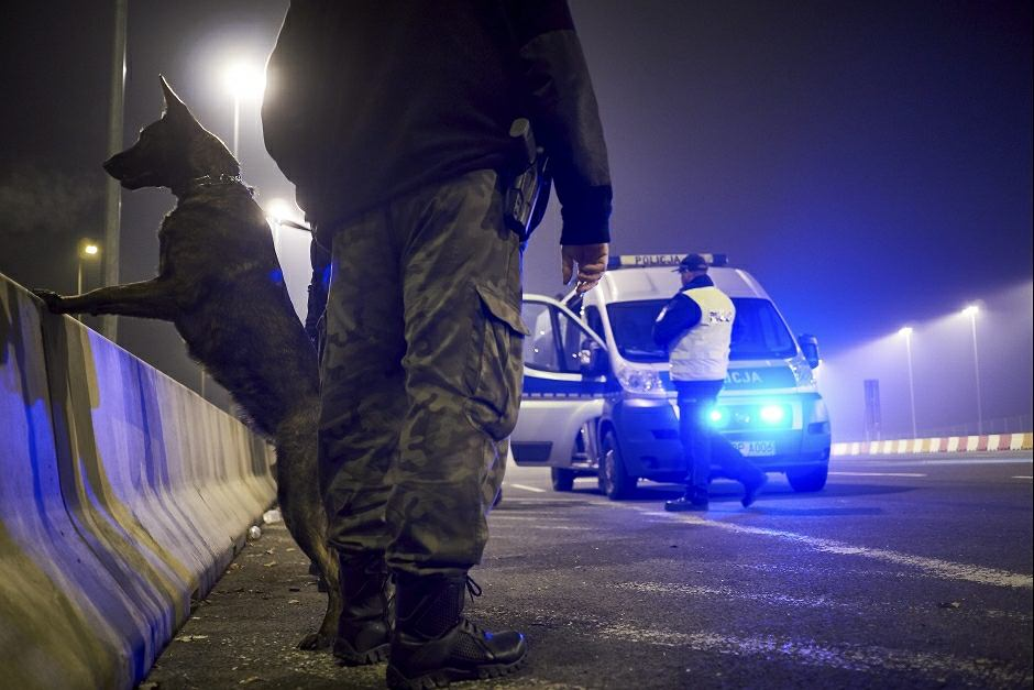 Kontrola policji i służb celnych na autostradzie - zdjęcie ilustracyjne