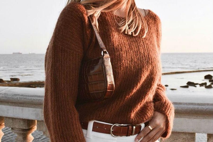 Karmelowy sweter dla dojrzalej kobiety