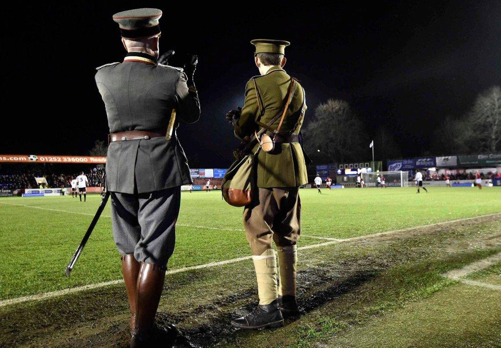 Podczas trwania rozejmu, wśród błota i okopów zachodniego frontu, rozegrano także mecz piłki nożnej, pomiędzy żołnierzami państw Ententy (głównie Brytyjczykami, ale także Belgami, Francuzami i Hindusami) a Niemcami, który przeszedł do historii jako
