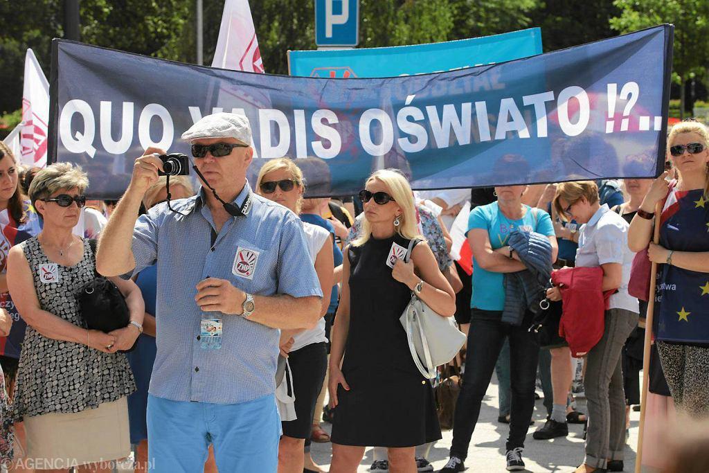 Protest nauczycieli przed konferencją w Toruniu