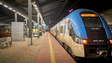 Pociągi Kolei Sląskich. Na jednym torze nowy impuls, na drugim stary EN 57, potocznie przez pasażerów nazywany kiblem