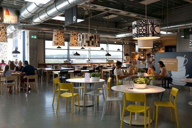 W sklepach IKEA znajduje się nie tylko bar, w którym można zjeść hot-doga czy zapiekankę, ale również restauracja, w której zjemy łososia, chłodnik, albo słynne klopsiki