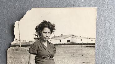 Dina w wieku około 16 lat, pracownica fabryki walonek Primokat, w tle baraki w których mieszkała po opuszczeniu domu dziecka