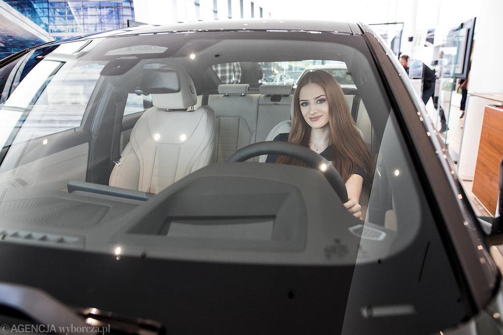 W sobotę na europejskim rynku zadebiutowało nowe BMW Serii 3. Prezentacji ikony sedanów klasy premium nie mogło zabraknąć też w Lublinie, w salonie BMW Best Auto przy ul. Metalurgicznej. Pierwsze BMW Serii 3 pojawiło się na rynku w 1975 roku, a do dziś na całym świecie na jego zakup zdecydowało się aż 15 milionów klientów co czyni go najpopularniejszym pojazdem tej marki. W nowej Serii 3 zastosowano rozwiązania, które zadowolą najbardziej wymagających klientów i sprawią, że prowadzenie go będzie czystą przyjemnością. Wśród nich można wymienić m.in. niewielkie zwiększenie wymiarów przy redukcji masy nawet o 55 kilogramów czy też BMW Intelligent Personal Assistant, który pozwala na sterowanie głosowe różnymi funkcjami samochodu. Aby go uruchomić wystarczy powiedzieć 'Hey/hello/hi BMW' albo wybrać własny zwrot aktywacyjny. W nowej Serii 3 zastosowano też o 10 mm niżej położony środek ciężkości, a masa pojazdu rozkłada się po równo między osiami, co sprawia, że auto świetnie trzyma się drogi. Do tego więcej przestrzeni na przednich fotelach i zastosowanie najnowszych systemów bezpieczeństwa i wsparcia kierowcy. W sobotę na rynku zadebiutowały dwa modele - BMW 320d i 330i z silnikami o mocy odpowiednio 188 oraz 255 koni mechanicznych. Oba można oglądać w salonie BMW Best Auto przy ul. Metalurgicznej. Można też wybrać się nimi na jazdę testową. Salon jest otwarty od poniedziałku do piątku w godzinach od 9 do 18 oraz w soboty w godzinach od 9 do 15. Jeszcze w tym roku na rynek wejdą kolejne modele BMW Serii 3 - 318d, 330d i 320i.