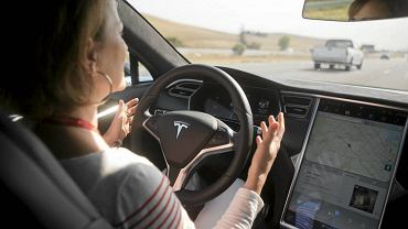 Szyberdach, kierunkowskazy, drzwi, lusterka, hamulce - m.in. kontrolę nad tymi elementami samosterującego auta Tesla S przejęli we wrześniu ub. roku chińscy hakerzy z firmy Keen Security Lab. O lukach w systemie od razu poinformowali producenta.