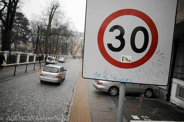 19.03.2013 Opole , ul Strzelcow Bytomskich . Strefa tempo 30 Fot. Michal Grocholski / Agencja Gazeta   SLOWA KLUCZOWE: tempo