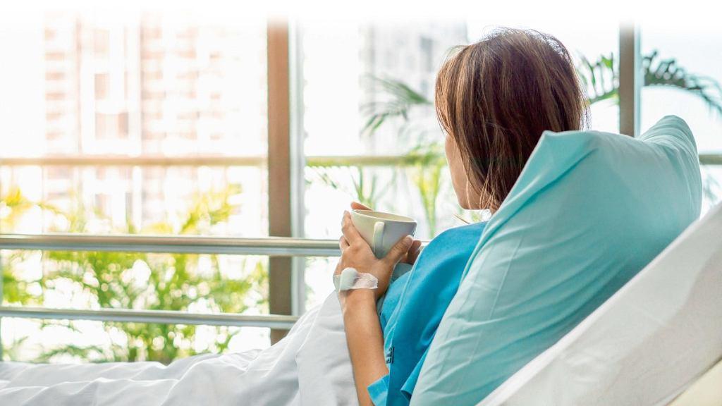 Osobny pokój dla osoby chorej nie może oznaczać wykluczenia z życia rodziny. Omawianie ważnych spraw, dzielenie się sukcesami i porażkami powinno odbywać się z udziałem podopiecznego.