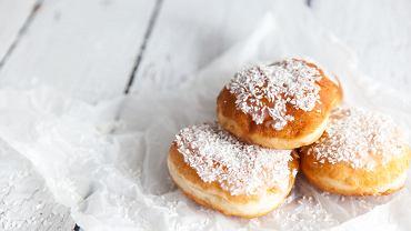 Pieczone pączki fit doskonale smakują posypane wiórkami kokosa lub płatkami migdałów