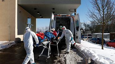 Pandemia koronawirusa. Transport pacjenta w mieście Cheb, Czechy, 12 lutego 2021