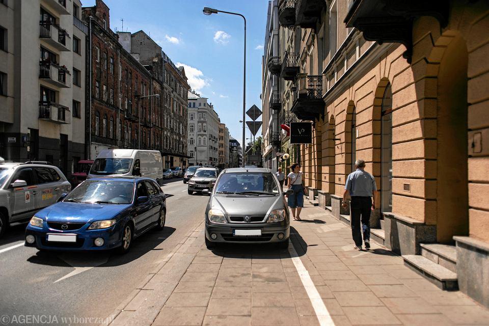 Trzy pasy i miejsca postojowe dla samochodów, a dla pieszych wąski chodnik - tak dziś wygląda ul. Okrzei