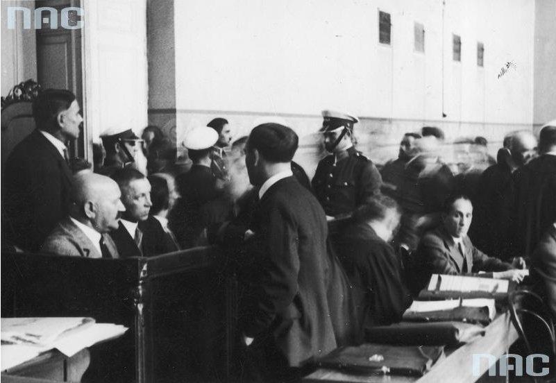 Widok na ławę oskarżonych w czasie rozprawy. Łukasz Siemiątkowski siedzi z lewej łysy