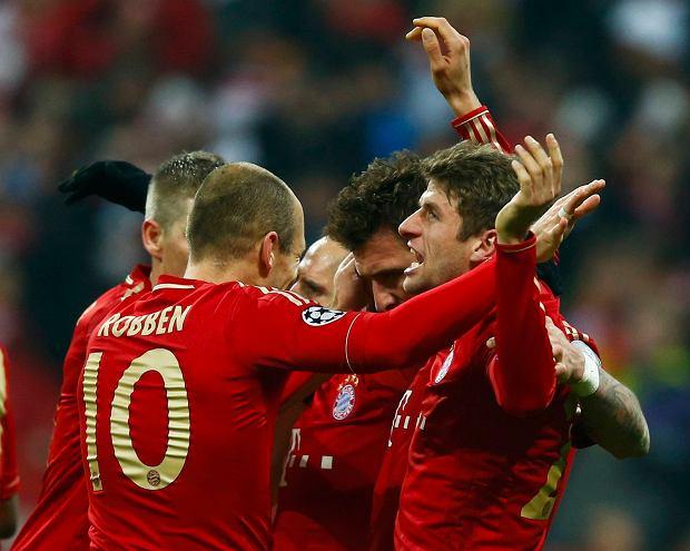 Bayern Munich's Thomas Mueller (R) celebrates his goal against Juventus with team mate Arjen Robben during their Champions League quarter-final first leg soccer match in Munich, April 2, 2013.       REUTERS/Kai Pfaffenbach (GERMANY  - Tags: SPORT SOCCER)
