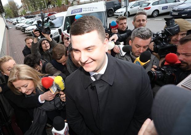 Bartłomiej Misiewicz wchodzi na posiedzenie partyjnej komisji