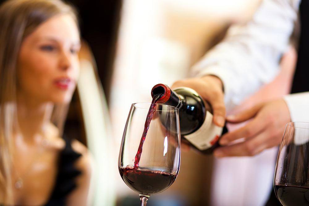 Mężczyzna zamówił tańsze wino, ale przez pomyłkę kelnera wypił to 17 razy droższe