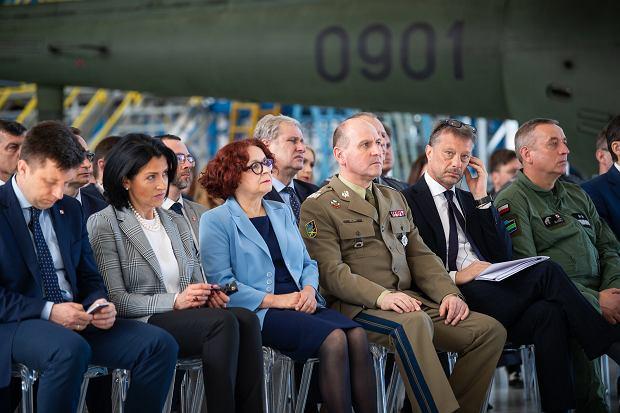 Posłanka Kruk w niebieskim żakiecie w pierwszym rzędzie oficjeli podczas uroczystości podpisania umowy na zakup AW101