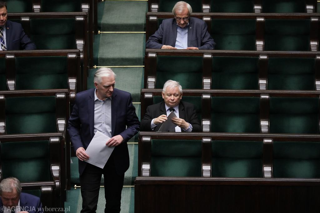 Jarosław Gowin i prezes PiS Jarosław Kaczyński na sali plenarnej. Piaty dzień 9. posiedzenia Sejmu IX kadencji - w dobie pandemii koronawirusa. Warszawa, 8 kwietnia 2020