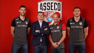 Nowi zawodnicy w Asseco Resovii. Od lewej: Grzegorz Kosok, Krzysztof Ignaczak (prezes klubu), Bartosz Mariański i Bartłomiej Krulicki