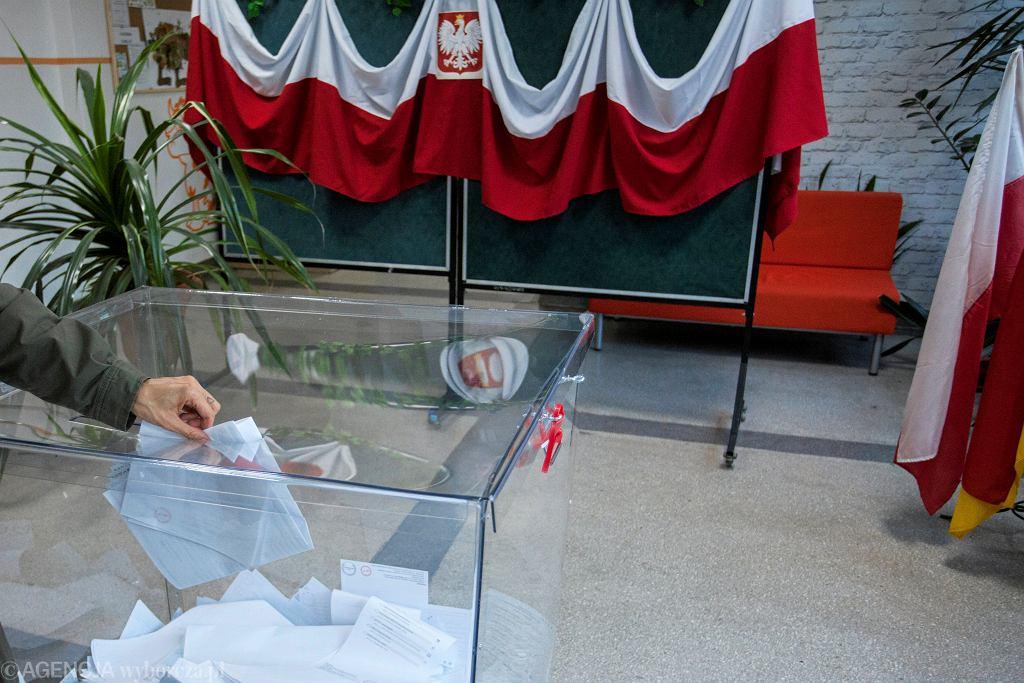 Wrocław. Członek komisji wyborczej próbował ukryć karty wyborcze. Na szczęście zauważył to mąż zaufania