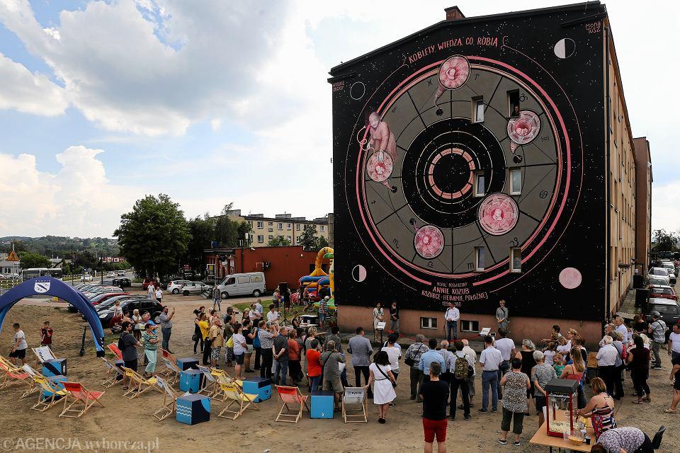 Mural z położną Anną Kozub autorstwa Mony Tusz