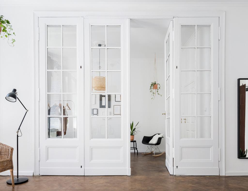 Drzwi z przeszkleniem.