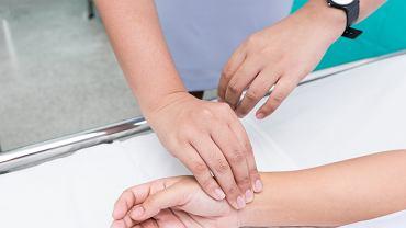 Puls można mierzyć za pomocą ciśnieniomierza, który ma funkcję pomiaru tętna albo ręcznie, z pomocą stopera lub sekundnika