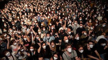 Koncert 'Love of Lesbian' zorganizowany w Barcelonie. Hiszpania prowadzi eksperyment. Zorganizowano koncert na 5 tysięcy osób, stwierdzono tylko 6 zachorowań na COVID-19
