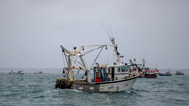 Francuskie łodzie rybackie blokują port St Helier na brytyjskiej wyspie Jersey.