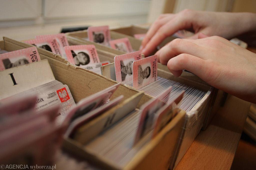 Ustawa o dokumentach publicznych wchodzi w życie. Repliki dowodów osobistych są nielegalne