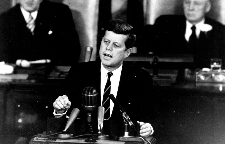 John F. Kennedy podczas historycznego przemówienia w Kongresie, w którym zapowiedział lot człowieka na księżyc, 25 maja 1961 r. (fot. Wikimedia Commons / domena publiczna)