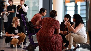 16.07.2019, Londyn, lotnisko Heathrow, służby przepytują rodzinę powracającą z Indii, podejrzewaną o zaaranżowanie przymusowego małżeństwa. Jest to część międzynarodowej operacji Limelight.