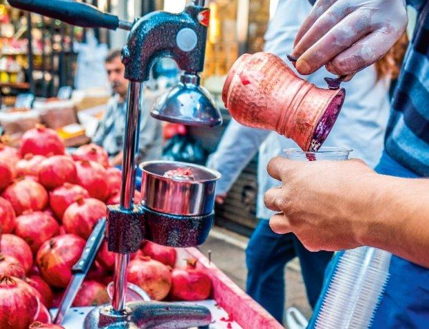 Na stambulskiej ulicy można się napić soku ze świeżych granatów.