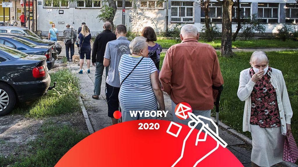 Wybory 2020 - kolejka do lokalu wyborczego.