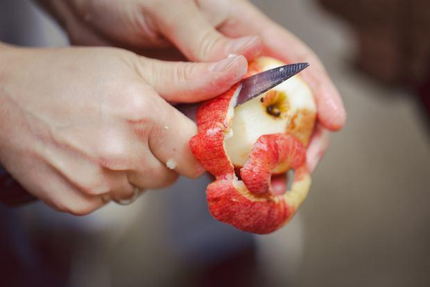 Zanim zamkniemy jabłka do szarlotki w słoikach, musimy je najpierw obrać, zatrzeć lub pokroić i ugotować do momentu uzyskania pożądanej konsystencji