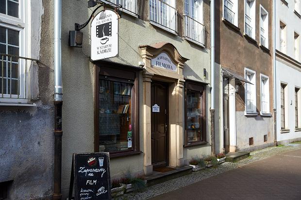 Kawiarnia w Starym Kadrze przetrwała pandemię. Utrzymuje się przede wszystkim ze stałych klientów (fot: Dominik Sadowski/ Agencja Gazeta)