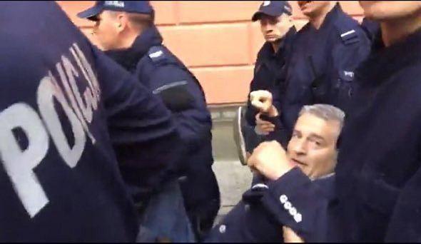 Frasyniuk wyniesiony przez policję