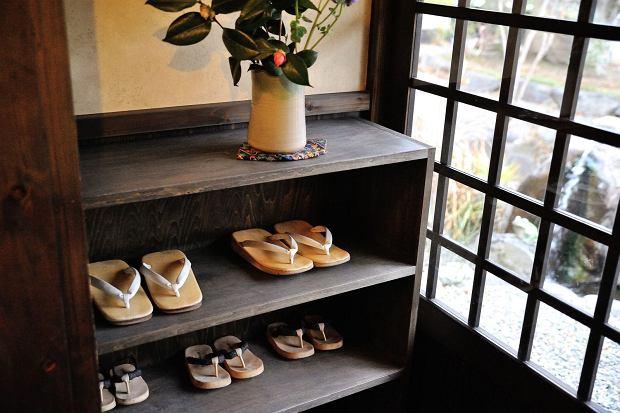 W Japonii nie można wejść do pomieszczenia w butach, dlatego tradycyjne japonki - gata i zori - są obuwiem powszechnym na co dzień i od święta / Fot. TOMO/Shutterstock.com