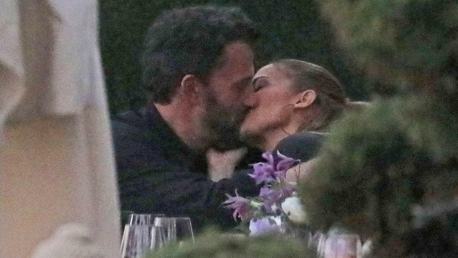 PIERWSZE zdjęcia pocałunku Jennifer Lopez i Bena Afflecka. Nie wytrzymali na urodzinach siostry artystki