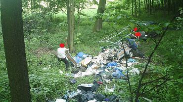 Zdjęcie z fotopułapki osoby, która przywiozła śmieci do lasu