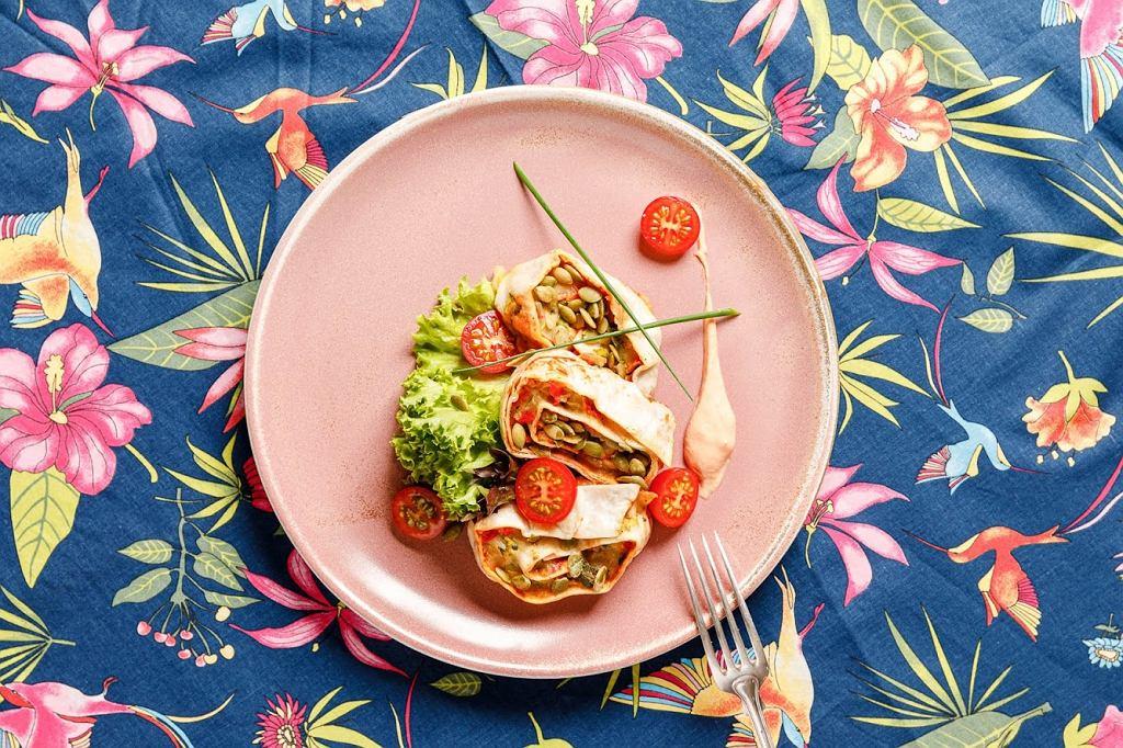 Zawijaniec z warzywami i mozzarellą, domowy sos 1000 wysp 1