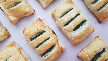 Paszteciki z ciasta francuskiego ze szpinakiem - prosty przepis