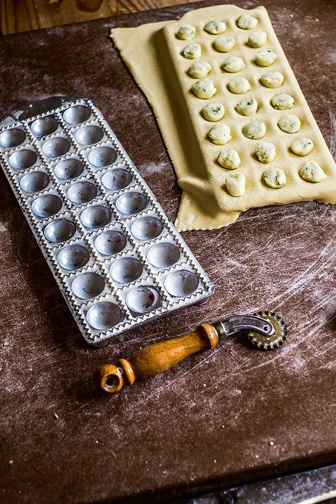 Sardynia; produkcja ravioli wdomu naszego gospodarza Mario Camboni zTurismo Rurale Filieri