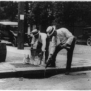 """Przez wiele lat Amerykanie nie dostrzegali """"podskórnego"""" działania antyalkoholowej ustawy. Prohibicja obowiązywała w Stanach, jednak nie w Meksyku czy Kanadzie, co umożliwiało masowy przemyt alkoholu"""