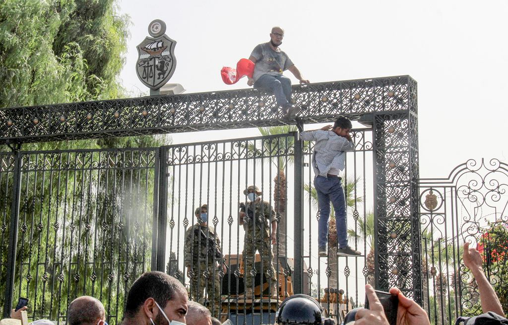 Tunezyjscy żołnierze pilnują głównego wejścia do parlamentu. Prezydent zawiesił kadencję i zwolnił premiera po ogólnokrajowych protestach dotyczących problemów gospodarczych kraju i radzenia sobie przez rząd z kryzysem koronawirusa