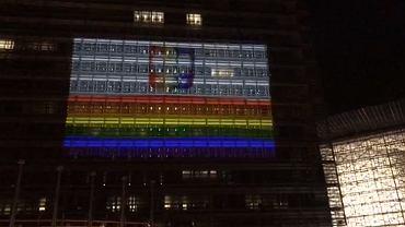 Tęczowa iluminacja w sprawie 'stref wolnych od LGBT' na budynku Komisji Europejskiej w Brukseli.