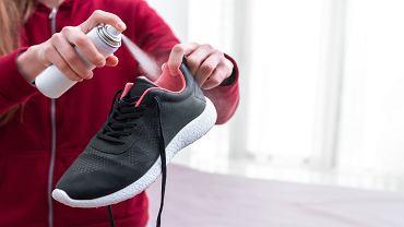 Farbujące buty - spryskaj je lakierem do włosów