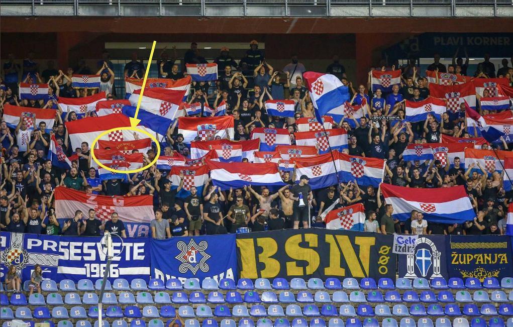 Flaga z nazistowskim hasłem podczas meczu el. Ligi Mistrzów: Dinamo Zagrzeb - Legia Warszawa (1:1). Źródło: Twitter